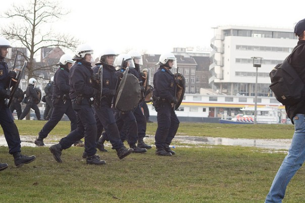 Hoes bleibt stur - Polizei bei einer Demonstration in Maastricht - CC Lizenz Photo by Pascal Jaminon