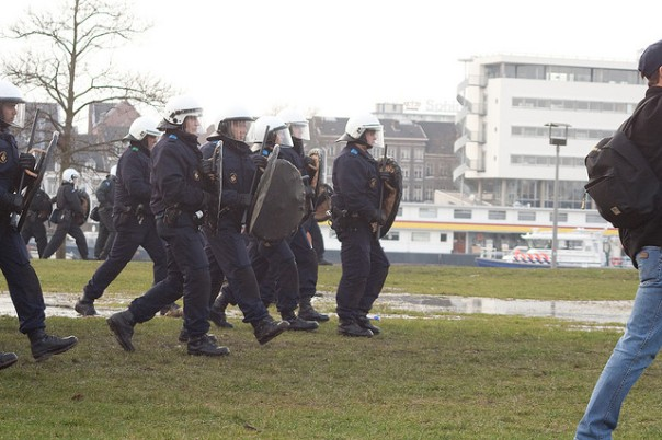 Hoes bleibt stur - Polizei bei einer Demonstration in Maastricht - CC Lizenz Photo by Pascal Jaminon