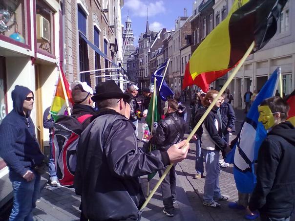Ein paar aufrechte Aktivisten ziehen durch die Brusselsestraat - Photo: Antonio Peri