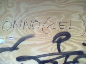 Onnozel heißt: Dumm, Doof, Einfältig - genau wie den Aufkleber gesehen am geschlossenen Café To the Point, wo illegal zu Wietpas-Zeiten verkauft wurde - Foto: Antonio Peri